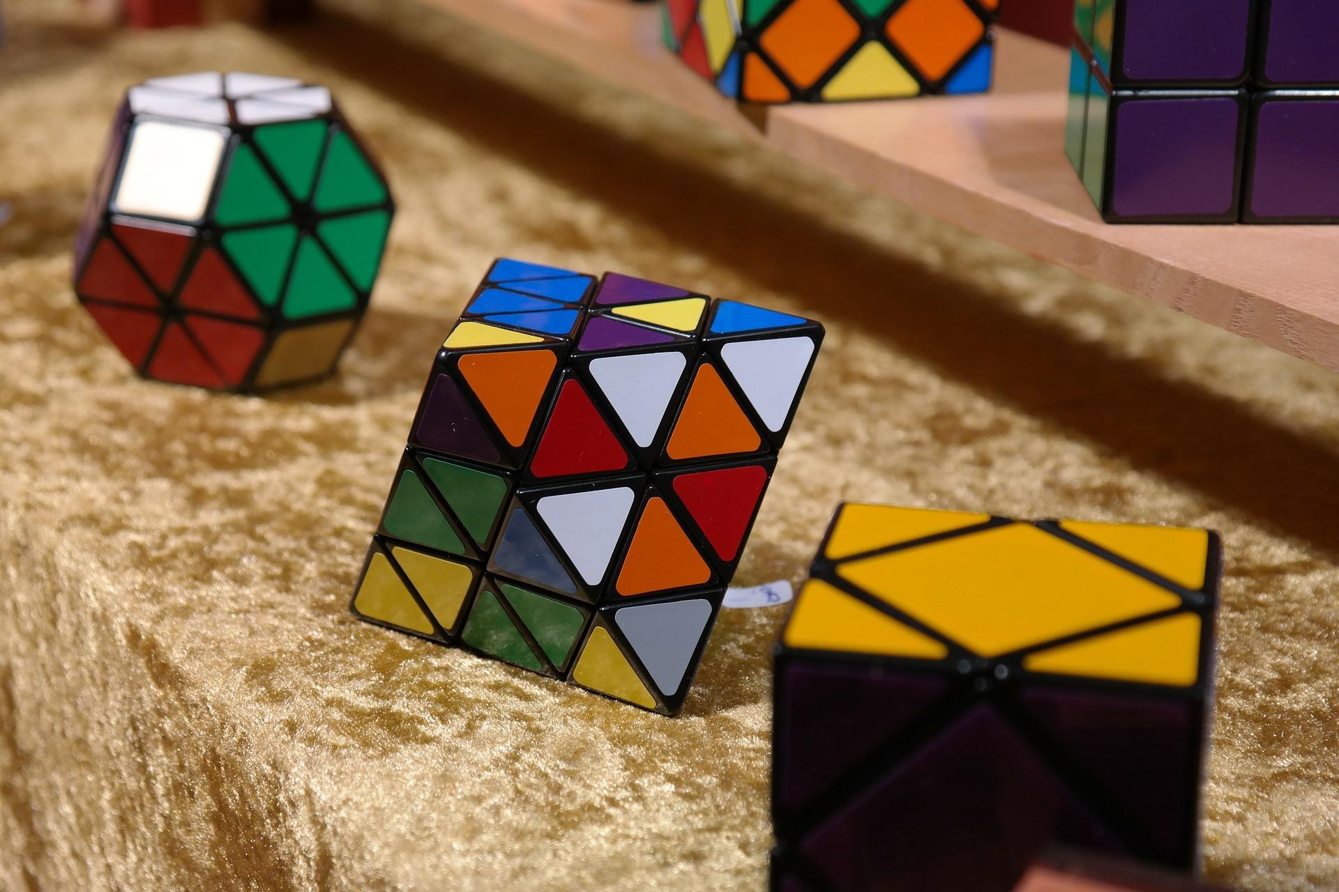 Cubos de rubik con diferentes niveles de dificultad